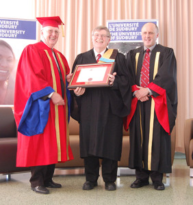 L'honorable Gérald Michel, chancelier de l'Université de Sudbury, Jean-Pierre Pichette et Pierre Zundel, recteur de l'Université de Sudbury
